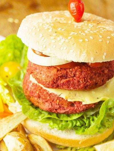 Burgers with secret chickpeas and beet